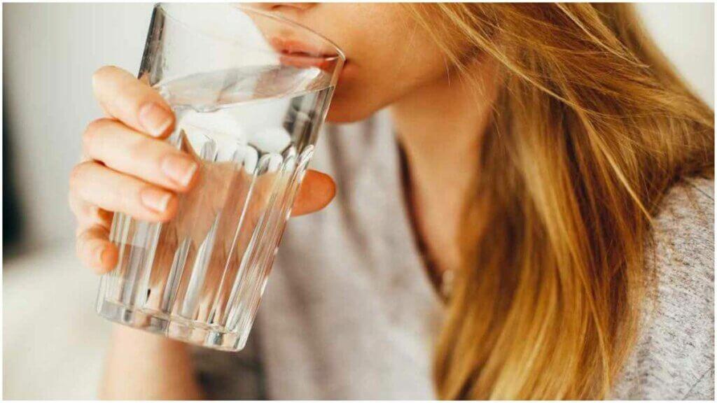 نوشیدن آب برای درمان کلیه